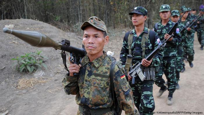 Soldaten der Karen National Union (KNU) im Jahr 2012 mit Panzerfäusten und automatischen Waffen