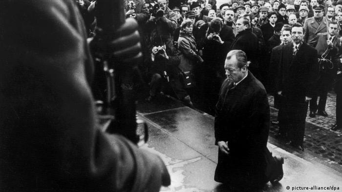 Канцлер ФРГ Вилли Брандт перед памятником героям восстания в Варшавском гетто во время визита в Польшу в 1970 году
