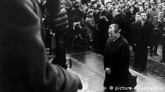 ویلی برانت درسال 1970 در وارسا در پای بنای یادبود قهرمان گیتوها درحال زانو زدن