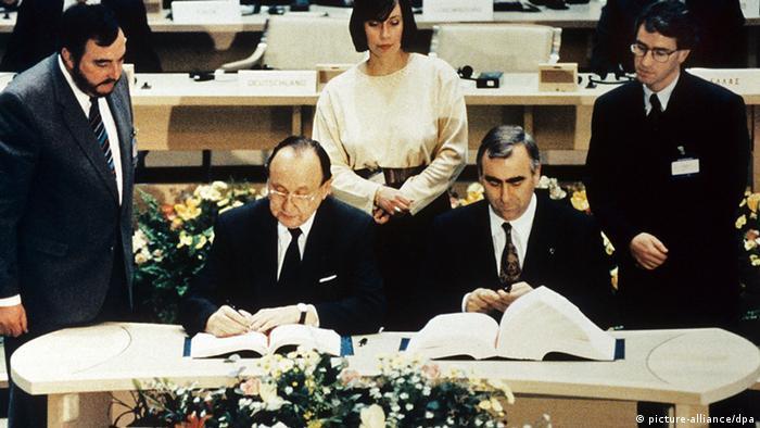 Церемония подписания, Маастрихт, 1992 год. Слева - Ганс-Дитрих Геншер, министр иностранных дел ФРГ. Справа - Тео Вайгель, министр финансов ФРГ.