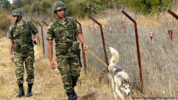 Zwei Grenzsoldaten laufen zusammen mit einem Hund an der griechisch-türkischen Grenze entlang (Foto: Fayez Nureldine/AFP/Getty Images)