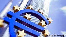 ARCHIV - Die große Euro-Skulptur steht am 04.08.2011 in Frankfurt am Main vor der Zentrale der Europäischen Zentralbank (EZB). Foto: Frank Rumpenhorst/dpa (zu dpa «EZB dürfte Zinspause trotz niedriger Inflation verlängern» vom 06.11.2013) +++(c) dpa