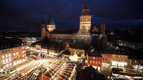 Mainzer Weihnachtsmarkt mit Dom im Hintergrund
