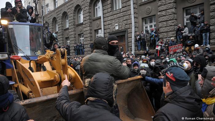радикали були одягнені специфічно: напіввійськовий одяг, берци, маски на обличчях, грубі куртки.