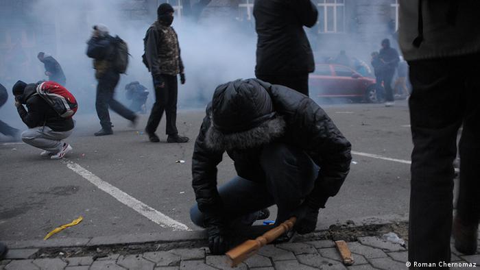 Радикальних молодиків у масках, які виривали бруківку на Банковій, так і не знайшли