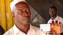 Wähler Corca So, 40 Jahre alt, freut sich, seine Bürgerpflicht erledigt zu haben (04.12.2013); Copyright: DW/B. Darame