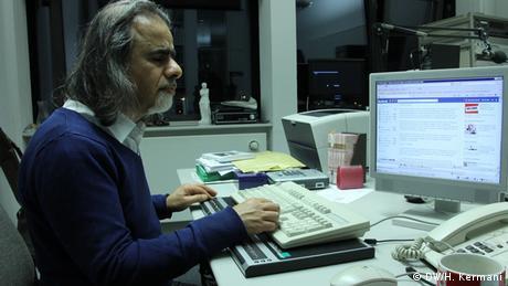 اسکندر آبادی با استفاده از کامپیوتر مخصوص نابینایان، دقیقا همان کاری را میکند که یک کاربر بینا با کامپیوتر معمولی انجام میدهد.
