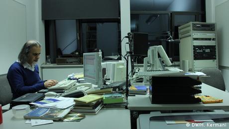 اتاق کار اسکندر آبادی در دویچه وله.