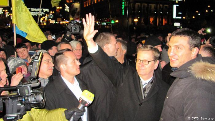 Guido Westerwelle und VitaliKlitschko auf dem Maidan in Kiew (Foto: DW/O. Sawitsky)