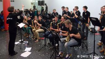 Eine Schülerband spielt im Foyer der Mülheimer Stadthalle für Mitschüler. (Foto: Stzefan Rheinbay)