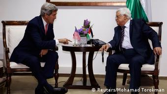 Kerry con Mahmud Abbas en Palestina, el jueves.
