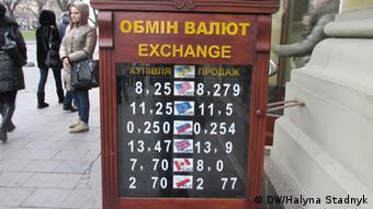 Попит на валюту зростає
