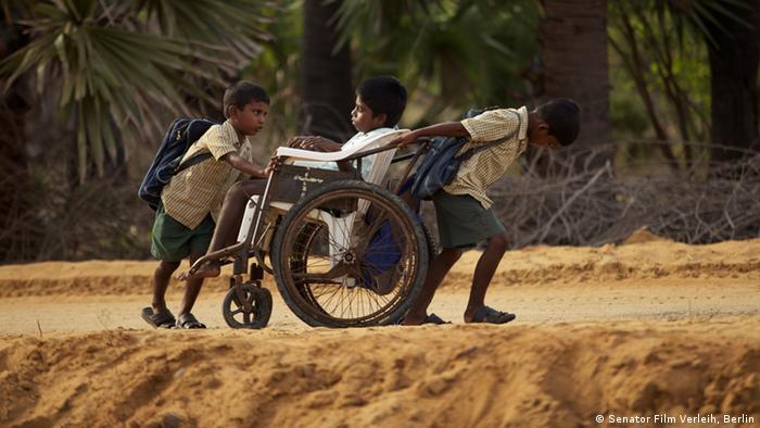 Samuel, de India, camino a la escuela en silla de ruedas.
