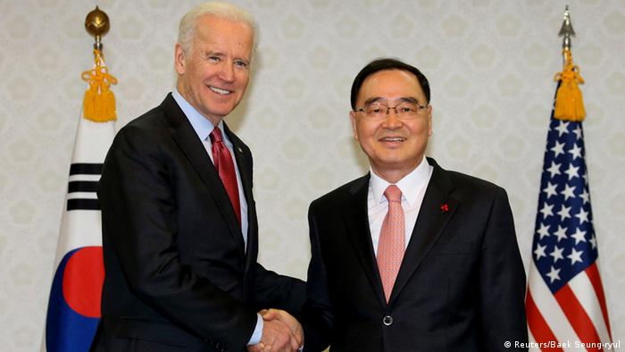 US Vice President Joe Biden (L) shakes hands with South Korean Prime Minister Chung Hong-won before their meeting at the Government Complex in Seoul December 6, 2013 (Photo: REUTERS/Baek Seung-ryul/Yonhap)