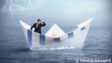 Symbolbild Geschäftsmann im Papierboot bei Gewitter