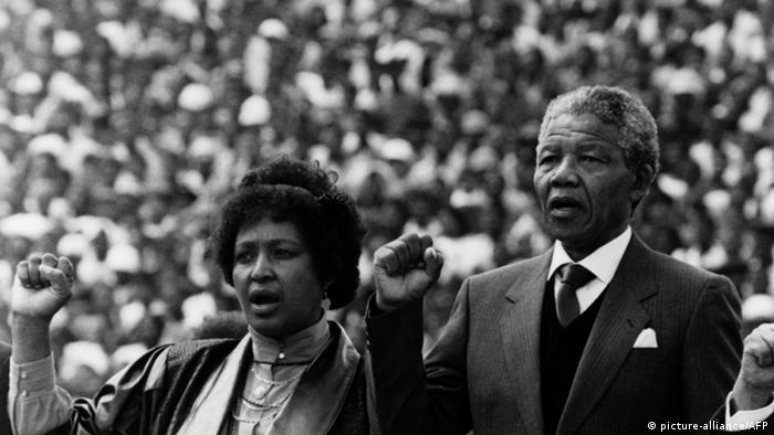 Nelson Mandela mit Winnie Mandela 13.02.1990 Soweto Fußballstadion