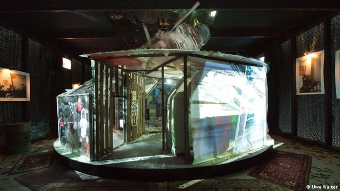 Installation Christoph Schlingensief in den Kunst-Werken Berlin.  Man sieht den Animatograph. Eine Art Carousel voller Mythen.  LEIHGABE / COURTESY: DEICHTORHALLEN HAMBURG / SAMMLUNG FALCKENBERG Foto: Uwe Walter