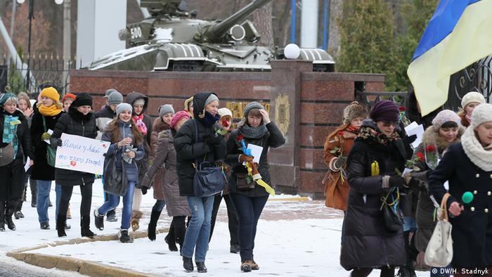 Жінки вітають військових у Львові