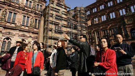 japanische Reisegruppe mit Fremdenführer