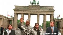 ARCHIV - Hand in Hand mit seiner Tochter Zindzi (2.v.r.) läuft Südafrikas Staatspräsident Nelson Mandela am 23.5.1996 winkend durch das Brandenburger Tor, begleitet von Berlins Oberbürgermeister Eberhard Diepgen (r) und dessen Frau Monika (l). Berlin hat hat den 77 Jahre alten Friedensnobelpreisträger auf der letzten Station seines dreitägigen Deutschlandbesuches begeistert empfangen. Hunderte bejubelten Mandela beim Gang durch das Wahrzeichen der Stadt. Schwerpunkt seines Berlin-Aufenthalts bildete ein Gespräch mit Spitzenmanagern der deutschen Wirtschaft. Foto: Andreas Altwein/dpa (zu dpa:Südafrikas Nationalheld Nelson Mandela ist tot - vom 06.12.2013) +++(c) dpa - Bildfunk+++