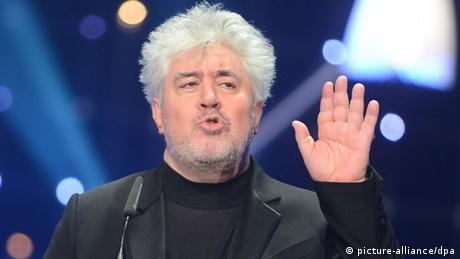 Pedro Almodovar waving (Photo: picture-alliance/dpa)