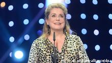 Die französische Schauspielerin Catherine Deneuve erhält am 07.12.2013 in Berlin bei der Verleihung des 26. Europäischen Filmpreises die Auszeichnung in der Kategorie Lebenswerk. Foto: Britta Pedersen/dpa