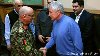 Armeechef Sher Mohammad Karimi (hier mit US-Verteidigungsminister Chuck Hagel im Dezember 2013) soll Verteidigungsminister werden (Foto: Reuters)
