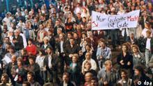 DDR-Bürger nehmen in Leipzig an einer Montagsdemonstration teil (Archivbild vom 23.10.1989). Aus Protest gegen befürchtete Einschnitte im Sozialsystem durch die Arbeitsmarktreform Hartz IV gehen von Montag (09.08.2004) an in Leipzig die Menschen wieder auf die Straße. «Wir können nicht länger warten», sagte der Sprecher des Sozialforums Leipzig, Winfried Helbig. Die aus Wendezeiten bekannten Montagsdemonstrationen, mit denen die friedliche Revolution in der DDR eingeläutet wurde, sollte angesichts der aktuellen Debatte um die Arbeitsmarktreform Hartz IV erst am 30. August wieder aufgenommen werden. dpa (Zu dpa 4266)