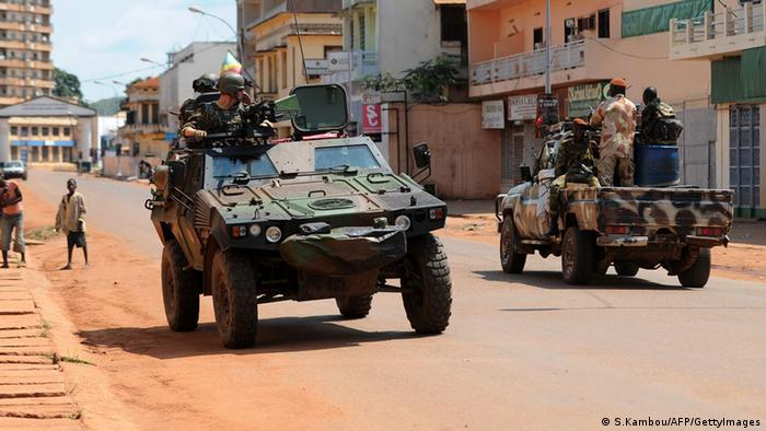 French troops (right) pass ex-Seleka rebels in the Central African Republic capital of Bangui. French troops poured into the impoverished landlocked country on December 7 after President Francois Hollande announced he was boosting a UN-mandated French force to 1,600 soldiers. French Foreign Minister Laurent Fabius said on December 8 that nearly 400 people were killed in the last three days in violence in the Central African Republic capital Bangui, but that calm had returned. Photo: AFP