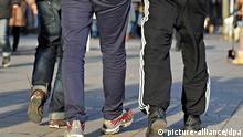 Junge Männer laufen mit Jogginghosen bekleidet am Mittwoch (18.01.2012) über die Königstraße in Stutttgart. Am Freitag (20.01.2012) und Samstag (21.01.2012) ist «Internationaler Jogginghosentag». Foto: Jan-Philipp Strobel dpa/lsw (zu lsw «Die Jogginghose ist wieder salonfähig» vom 19.01.2012) pixel