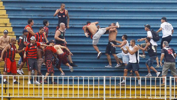 64c5f7a55d A brutalidade com que se enfrentaram as torcidas do Atlético Paranaense e  do time carioca Vasco da Gama na última rodada do Campeonato Brasileiro foi  ...