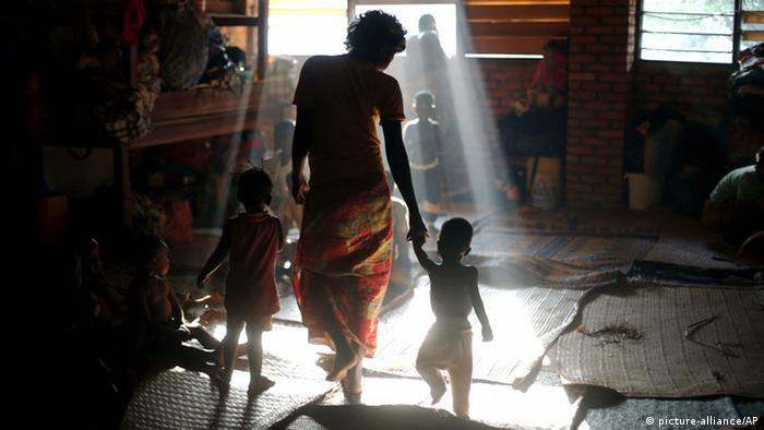 Eine Zentralafrikanerin hält in einem Flüchtlingslager ihre zwei Kinder an den Händen Foto: AP Photo/Jerome Delay