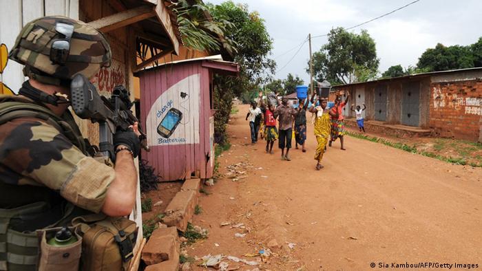 In Bangui gehen Zivilisten an einem französischen Soldaten vorüber (Foto: Getty Images)