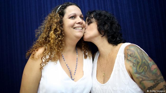 Roberta Felitte e Karina Soares se casam após aprovação do casamento gay pelo Conselho Nacional de Justiça (CNJ)