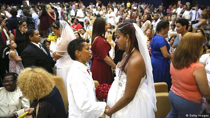 <!--:fa-->مراسم مشترک ازدواج ۱۳۰ زوج همجنسگرا در برزیل<!--:-->