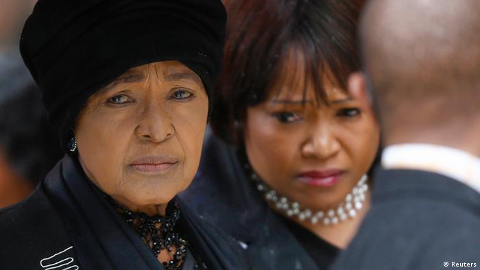 En esta foto del 10.12.2013, la exesposa de Nelson Mandela, Winnie Mandela (izquierda) y su hija Zindzi asisten al servicio oficial en memoria del difunto expresidente sudafricano en el estadio del First National Bank, también conocido como Soccer City, en Johannesburgo.