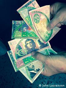Hände halten Riace Geldscheine