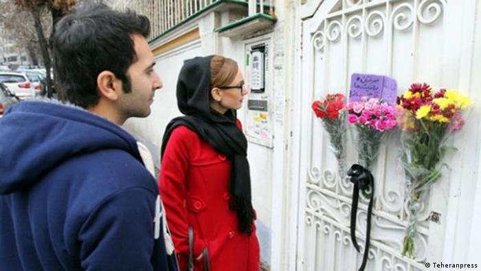 حضور جوانان ایرانی در برابر سفارت جمهوری آفریقای جنوبی در تهران برای ابراز همدردی با مردم این کشور