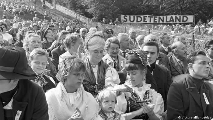 A 1963 gathering for ethnic German expellees and their families (picture-alliance/dpa)