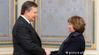 Ukrainian president Yanukovych and EU foreign policy chief Ashton shake hands