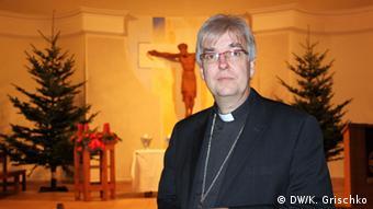 Пастор Гаска у реставрованій 2000 року лютеранській церкві. У радянські часи тут був музей народного побуту