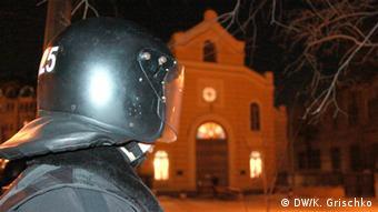 Бійці спецпідрозділів охороняють Адміністрацію президента. На задньому плані - церква Святої Катерини