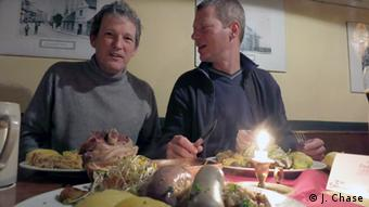 Author Jefferson Chase (left) eating Eisbein, Photo: DW / J. Chase