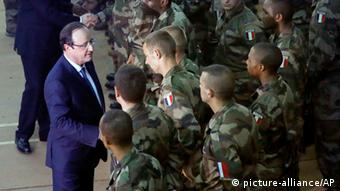 French President, Francois Hollande, visits French troops in Central African Republic Photo: picture-alliance/AP