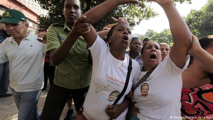 Entre los activistas por los derechos de los presos políticos en Cuba están las Damas de Blanco, una agrupación de mujeres y otros familiares de originalmente 75 disidentes que en 2003 fueron condenados a penas de prisión de hasta 28 años, en la llamada primavera negra. En su lucha por la libertad de los reos y condiciones dignas de encierro, las damas también han sido objeto de persecución.
