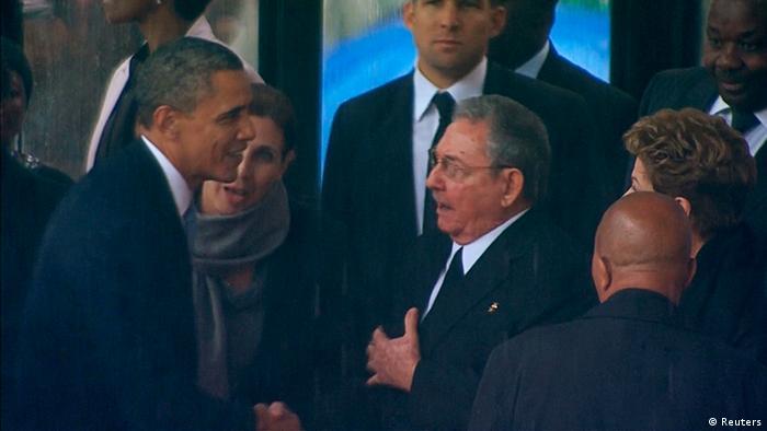 Историческо ръкостискане: Барак Обама се ръкува с Раул Кастро на погребението на Нелсън Мандела в ЮАР