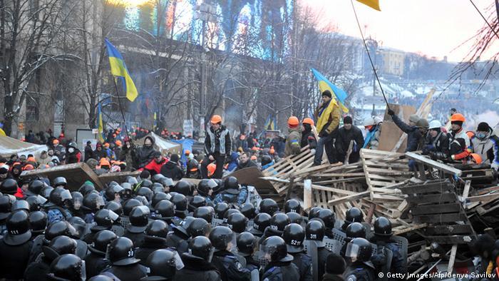 Беркут штурмує барикади євромайданівців,11.12.2013