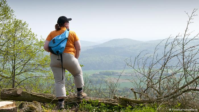 Übergewichtige Frau beim Wandern
