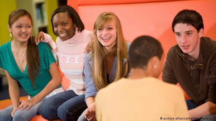 Teenager sitzen zusammen