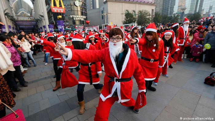 Božićna povorka Djedova Božićnjaka u Kini
